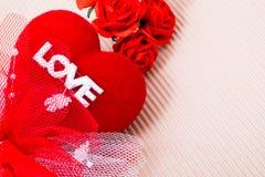 Cuore rosso con la parola e le rose di amore Fotografie Stock Libere da Diritti