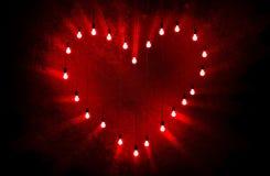 Cuore rosso concettuale delle lampadine immagini stock