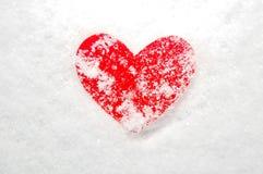 Cuore rosso coperto in neve fotografia stock libera da diritti