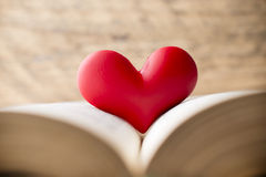 Cuore rosso del libro Cartoline d'auguri Immagini Stock Libere da Diritti
