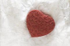 Cuore rosso del pizzo su pizzo bianco Fotografie Stock Libere da Diritti