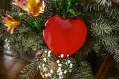 Cuore rosso della scatola in mazzo dei rami e dei fiori del pino Immagine Stock Libera da Diritti