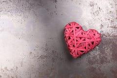 Cuore rosso di amore sulla metropolitana arrugginita Immagine Stock