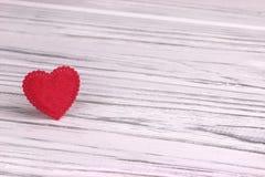 Cuore rosso di feltro su un fondo di legno bianco Giorno del biglietto di S Cartolina d'auguri Nozze, Fotografie Stock Libere da Diritti