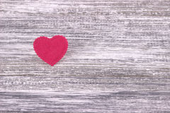 Cuore rosso di feltro su un fondo di legno grigio Giorno del biglietto di S Cartolina d'auguri Nozze, Fotografia Stock