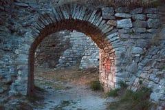 cuore rosso dipinto nell'arco di vecchio castello Immagine Stock Libera da Diritti