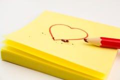 Cuore rosso dissipato su un post-it Fotografie Stock Libere da Diritti