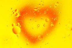 Cuore rosso e bolle rotonde su un fondo giallo Giorno del `s del biglietto di S fotografie stock libere da diritti