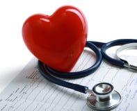 Cuore rosso e uno stetoscopio su cardiagram fotografia stock