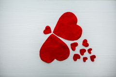 Cuore rosso fatto di feltro della dimensione differente Fotografia Stock Libera da Diritti