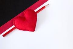 Cuore rosso fatto di feltro su un fondo nero Fotografia Stock Libera da Diritti