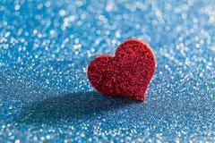 Cuore rosso luminoso dei biglietti di S. Valentino Fotografie Stock