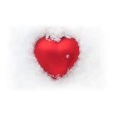 Cuore rosso nei precedenti bianchi come la neve Immagini Stock Libere da Diritti