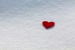 Cuore rosso nella neve Immagine Stock