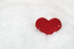 Cuore rosso in neve Immagine Stock Libera da Diritti