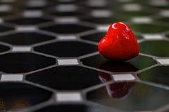 Cuore rosso per amore ed il fondo dei biglietti di S. Valentino immagine stock