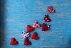 Cuore rosso posizionato su un fondo blu fotografie stock libere da diritti