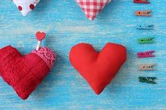 Cuore rosso posizionato su un fondo blu fotografia stock libera da diritti