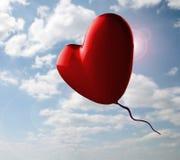 Cuore rosso romantico sul cielo nuvoloso Fotografia Stock