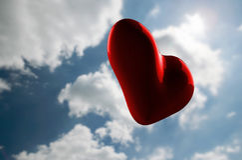 Cuore rosso romantico sul cielo nuvoloso Fotografie Stock Libere da Diritti