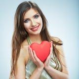 Cuore rosso Simbolo di amore Ritratto di bella tenuta Valent della donna Immagine Stock Libera da Diritti
