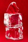 Cuore rosso su due cubi di ghiaccio fotografia stock libera da diritti