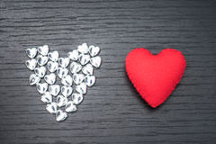 cuore rosso su fondo di legno nero con il piccolo hea del siver Fotografia Stock
