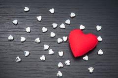 cuore rosso su fondo di legno nero con il piccolo hea del siver Fotografia Stock Libera da Diritti