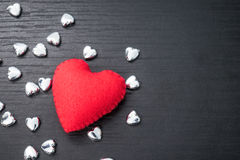 cuore rosso su fondo di legno nero con il piccolo hea del siver Fotografie Stock