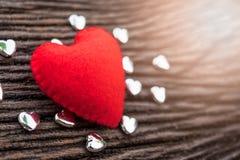 cuore rosso su fondo di legno nero con il piccolo hea del siver Immagine Stock Libera da Diritti