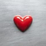 Cuore rosso su un di piastra metallica graffiato Fotografia Stock Libera da Diritti