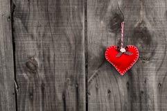 Cuore rosso su un fondo di legno immagini stock libere da diritti