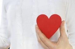 Cuore rosso su un maglione bianco Fotografie Stock Libere da Diritti