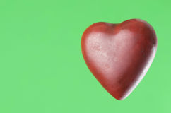 Cuore rosso su verde Fotografia Stock Libera da Diritti