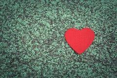 Cuore rosso sugli ambiti di provenienza verdi del percorso di camminata con lo spazio della copia Fotografie Stock Libere da Diritti