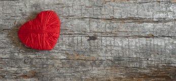 Cuore rosso sui bordi scuri Immagini Stock Libere da Diritti