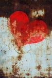 Cuore rosso sul fondo del metallo di lerciume Fotografia Stock