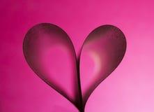Cuore rosso sul fondo rosa di pendenza Fotografia Stock