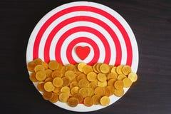 Cuore rosso sul gioco da tavolo del dardo, biglietto di S. Valentino immagine stock libera da diritti