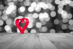 Cuore rosso sulla tavola di legno, su un fondo del whiteblack Tema di giorno del ` s del biglietto di S. Valentino Foto di alta r Fotografie Stock