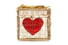 Cuore rosso in un contenitore di regalo dorato Fotografia Stock Libera da Diritti