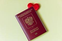 Cuore rosso in un passaporto russo Amore da viaggiare immagine stock libera da diritti
