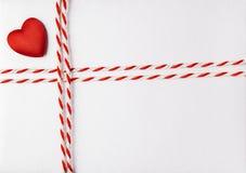 Cuore rosso Valentine Day Background, carta dell'invito di nozze fotografie stock
