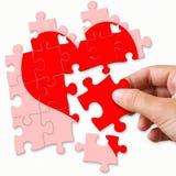 Cuore rotto rosso fatto dai pezzi di puzzle Immagine Stock Libera da Diritti