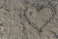 Cuore in sabbia bagnata Fotografie Stock