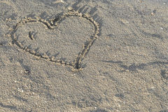 Cuore in sabbia bagnata Fotografie Stock Libere da Diritti