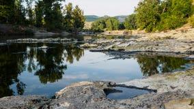 Cuore su una riva del fiume Fotografie Stock