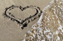 Cuore su una spiaggia Fotografie Stock Libere da Diritti