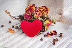 Cuore sui precedenti dei fiori secchi Immagini Stock