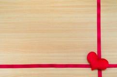 Cuore sul bordo di legno, concetto di giorno di biglietti di S. Valentino, giorno di biglietti di S. Valentino Fotografia Stock